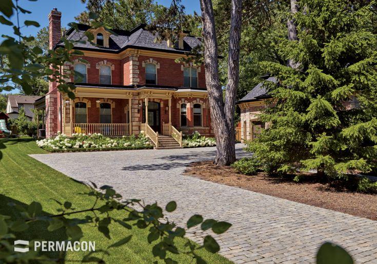 Pavers with a chiselled stone look, ideal for the lane of the ancestral home. //// Pavé à l'allure de pierres ciselées idéal pour une allée de maison ancestrale.