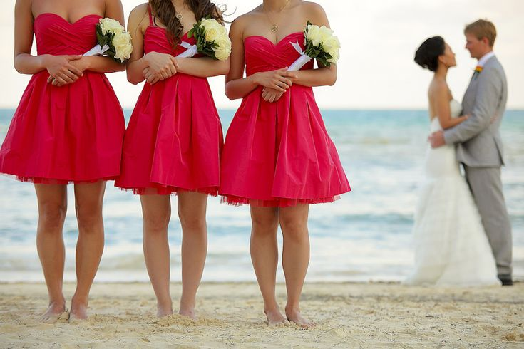 A sweet picture of the Bride, the Groom, their Bridesmaids ... on the beach.