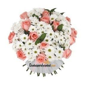 Beyaz krizantem papatya çiçeklerinin arasında 15 adet pembe güller ile hazırlanan gül papatya çiçek buketi.