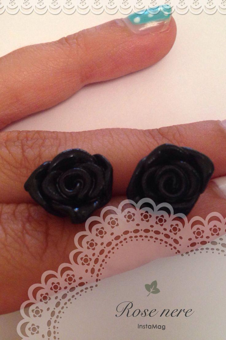 Rose nere orecchini a perno! Red roses earings! Visitate la mia pagina Facebook Cris creazioni di fimo o scrivete in privato a criscreazionidifimo@hotmail.com