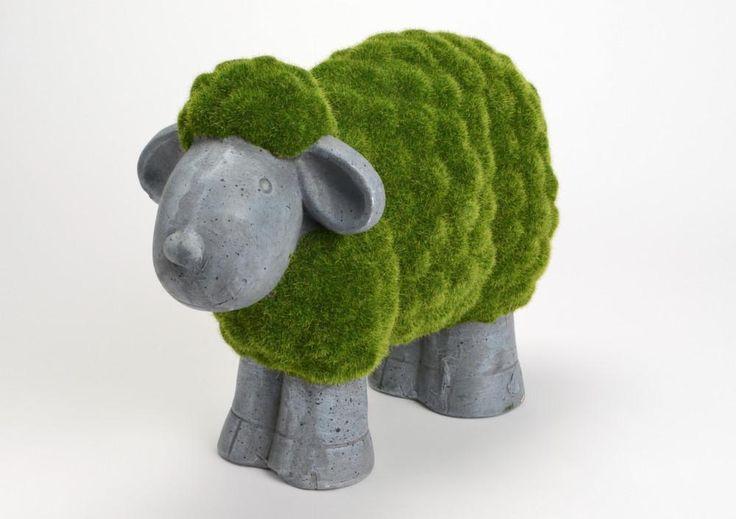 Craquez pour cette mignonne petite statuette en forme de mouton. Elle est en polyrésine et en herbe synthétique. Avec ses 39 cm de haut, il ne passera pas inaperçu !