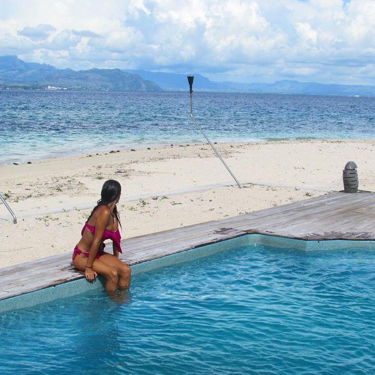 The mountains. A clear ocean. Beach. Pool. Me. No more.  Bounty Island, Fiji.  . 9 dias no modo zen: sem telefone. Sem internet. Sem trânsito. Sem pressa. Sem conexão com o mundo. Só com a natureza. Com meu livro. Com as pessoas que estão ali. Com o agora. Sem pensar no que eu comi ontem. Sem pensar no que eu tenho pra fazer amanhã. Difícil missão para muitos. E tu, conseguiria desconectar fácil assim⁉️ . #nomadiccarol #carolprates #fiji