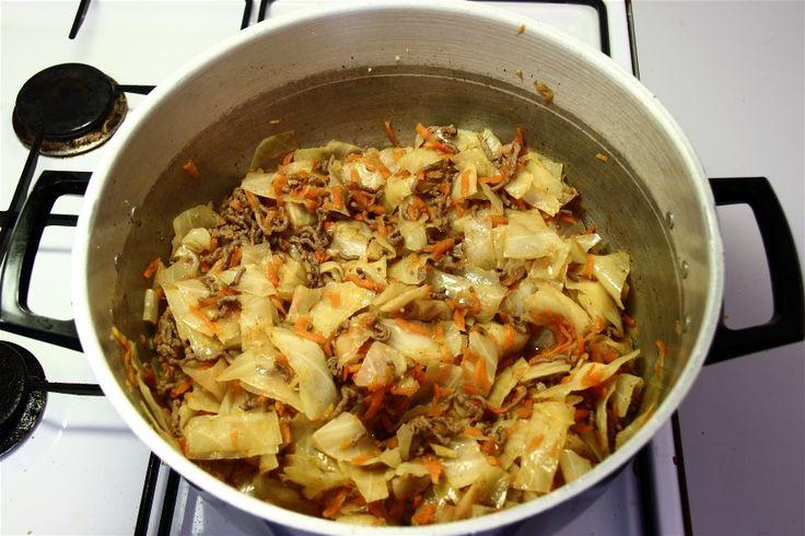 Skræl og riv gulerødderne. Skær hvidkålen i mindre stykker. Hak løgene.<br /> Svits løg + paprika i margarine, tilsæt kødet og brun det godt. Tilsæt vandet og hvidkålen og lad det koge unde