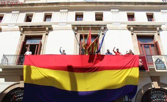 El Ayuntamiento de Sagunto reta al Gobierno y cuelga la bandera republicana al son del himno de Riego