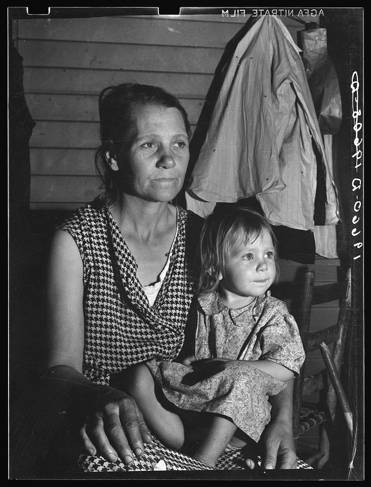 Tulare County. Farm Security Administration camp (FSA) for migratory agricultural workers at Farmersville. Mother and child, come to California from Oklahoma [...] 1936. Library of Congress.