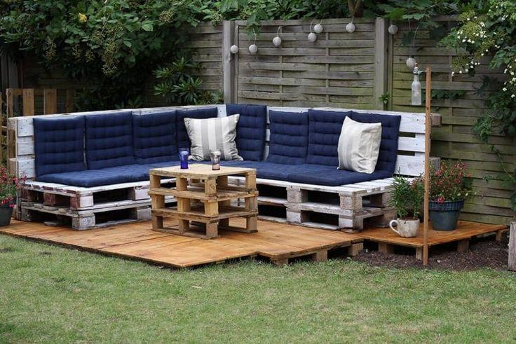 canapé d'angle en palettes de bois patiné, galettes bleu marine et table basse assortie