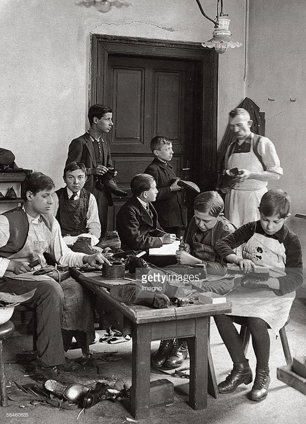 Cipész tanulók Budapesten, 1910 körül. Fotó: Müllner János