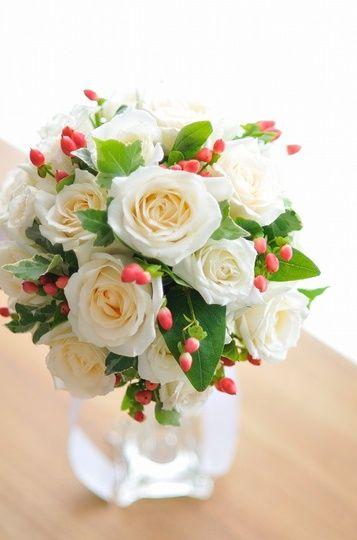 季節ブーケ 白バラ ヒペリカム bq0650 | フラワーショップ 花次郎 ウェディングブーケ