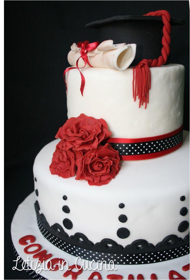 Torta di Laurea - Pan di Spagna bagnato con succo di fragole e farcito con Chantilly e fragole fresche - Graduation Cake