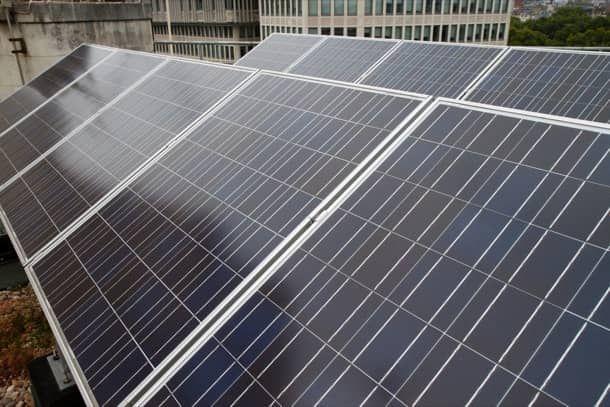 Revestimiento para hacer celdas fotovoltaicas un 30% más eficientes. Investigadores de la Universidad de California en Riverside han creado un revestimiento que hace que las celdas fotovoltaicas sean un 30% más eficientes. La clave de este hallazgo ha estado en la elaboración de un material compuesto híbrido, combinando semiconductores inorgánicos y compuestos orgánicos. Este avance haría los paneles solares más baratos.   #Energíasrenovables
