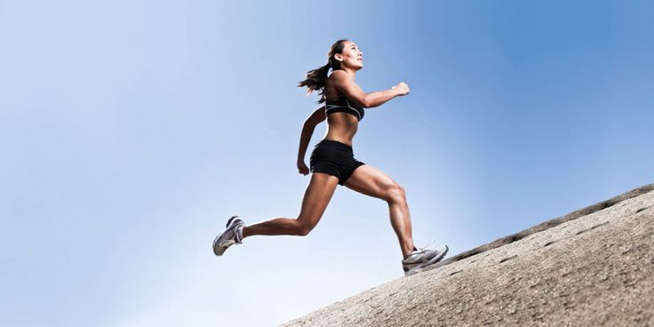 Wil je sterker en sneller worden? Zoek dan tijdens je duurloop een heuvel, duin of brug op. Door heuveltraining ontwikkel je sterkere beenspieren.