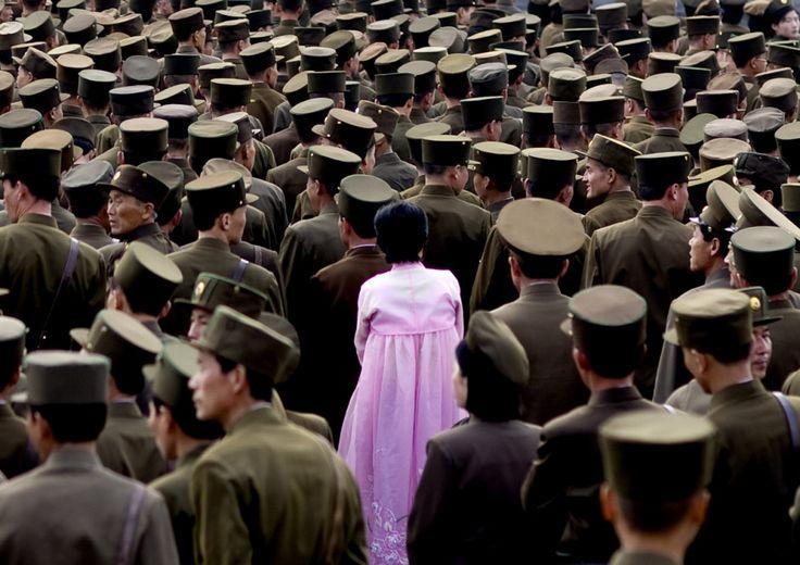 Une femme avec une robe rose vient briser la répétition d'uniformes militaires coréens.©Eric Lafforgue