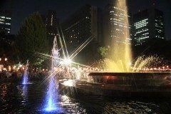 日比谷公園 丸の内音頭大盆踊り大会 8月の最後の週末日と日に丸の内音頭大盆踊り大会がありますね この盆踊り大会都内最大級で参加者もたくさんなんだ 東京メトロだったら日比谷霞ヶ関都営地下鉄の場合は日比谷内幸町で降りたらすぐ 大噴水を中心にみんな踊ってます  tags[東京都]