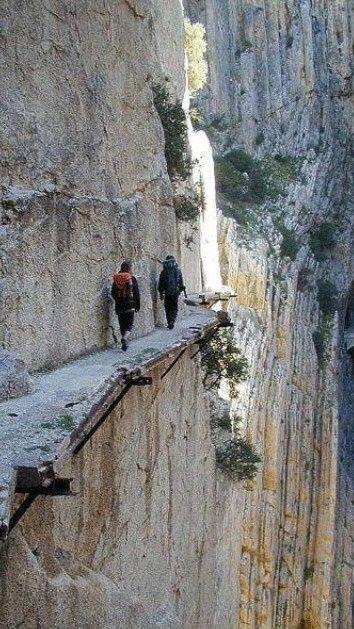 El Caminito del Rey es un paso construido en las paredes del desfiladero de los Gaitanes, en El Chorro, entre Álora y Ardales, en la provincia de Málaga (España). Se trata de un paso peatonal de 3 km con largos tramos con una anchura de apenas 1 m colgando hasta.  100 m de altura sobre el río. www.ofertravel.es ®