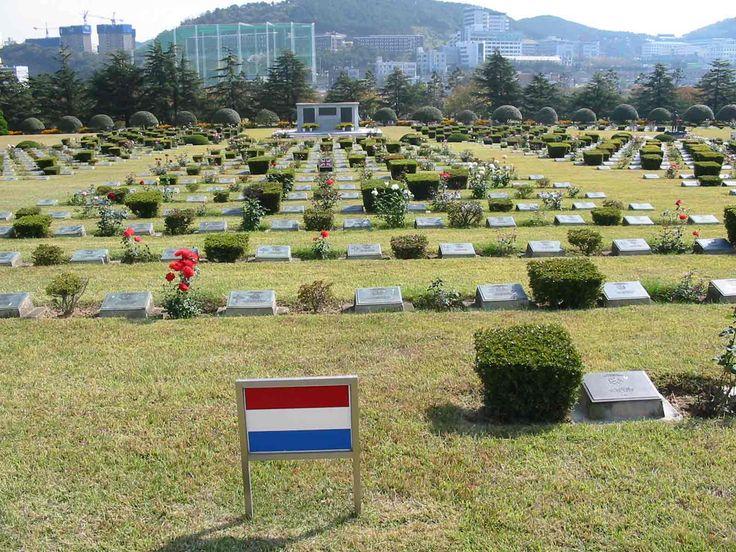 Hier liggen slachtoffers en soldaten die zijn gesneuveld in de Koreaanse oorlog. Dit is in de stad Busan. De twee naar grootste stad van Zuid-Korea.