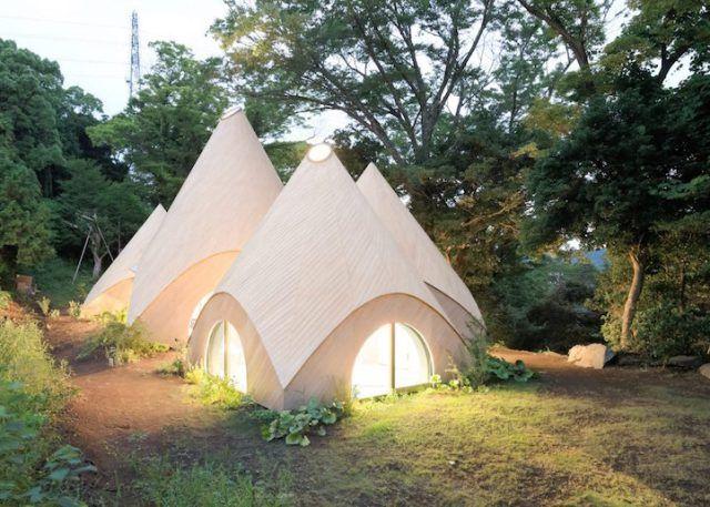Deze prachtige huisjes zijn speciaal gebouwd voor 2 gepensioneerde Japanse vrouwen - Tussen de bomen in Shizuoka, een landelijke provincie met de bijnaam 'de Japanse Riviera', is een piepkleinwijkjegebouwd van kleine huisjes. Hoewel ze vanuit de verte iets weghebben van moderne tenten is deze plek alles behalve …