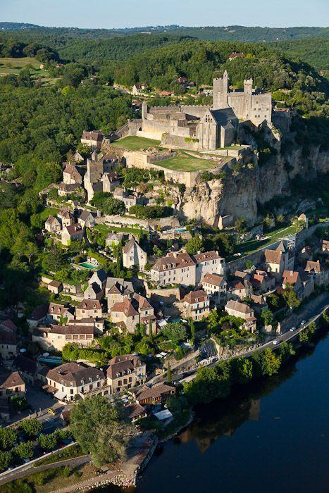 France, Dordogne (24), Perigord Noir, Beynac-et-Cazenac, labellise Les Plus Beaux Villages de France, chateau sur un eperon rocheux au-dessus de la vallee de la Dordogne (vue aerienne)