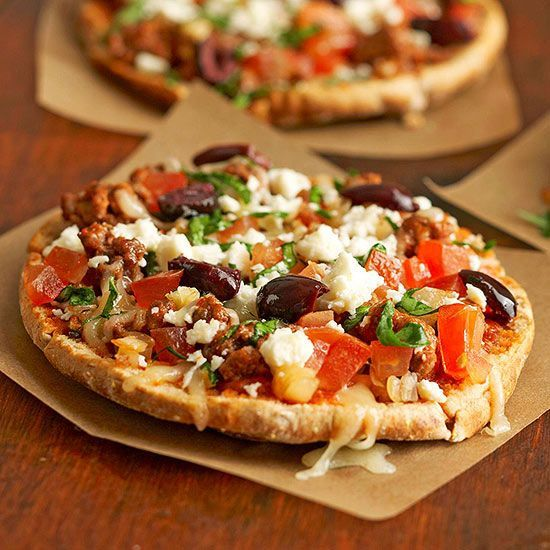 Two cheeses, spinach, olives, and tomato will remind you of a classic Greek dinner. Enjoy this pizza recipe on a whole wheat pita bread round for less than 250 calories. /