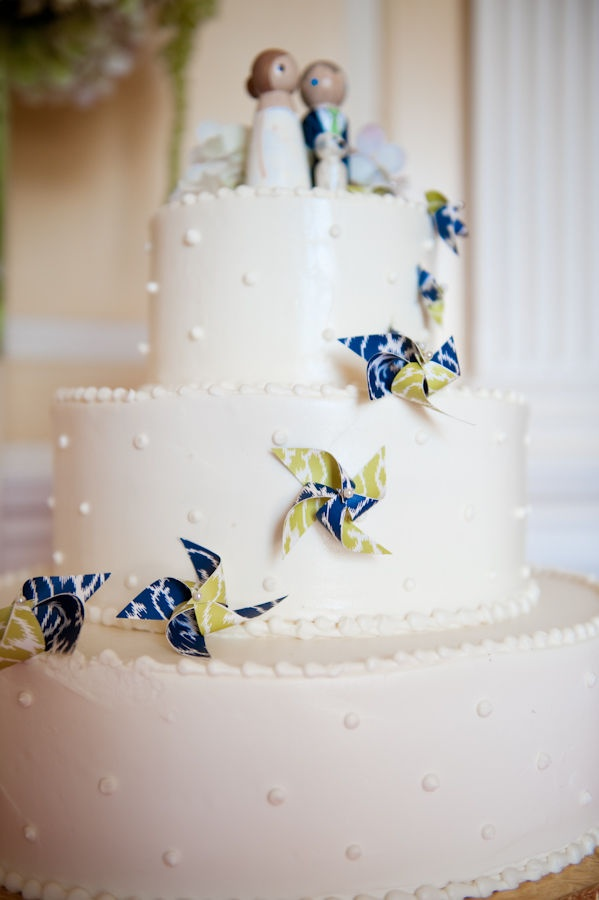 what a cute idea! pinwheels on the wedding cake =]