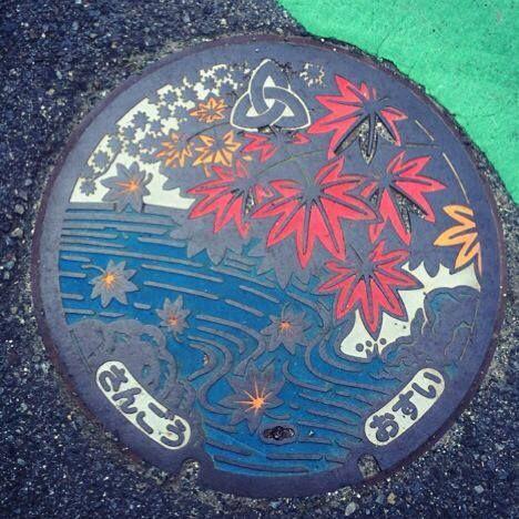 マンホールふた(カラー)@三郷町。百人一首にも詠まれた龍田の川の紅葉です。見事!
