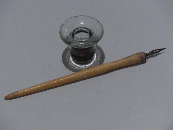 Le plumier transparent dans lequel la maitresse versait l'encre violette et qu'on emmenait à la maison pour le nettoyer chaque trimestre