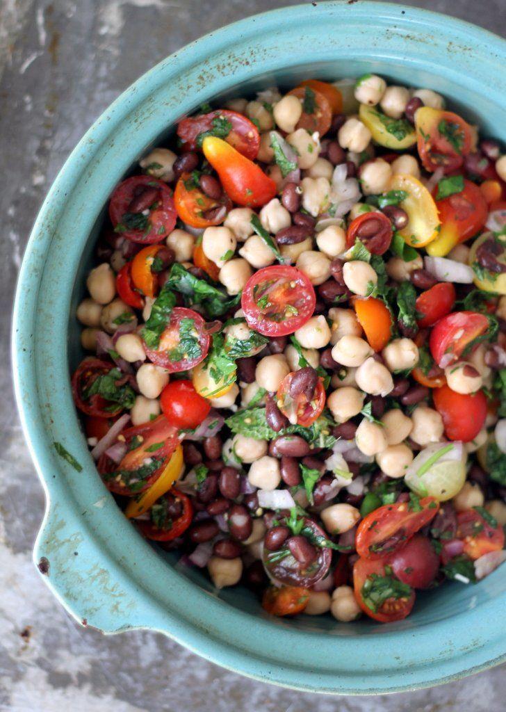 salade met zwarte bonen, kikkererwten en tomaatjes