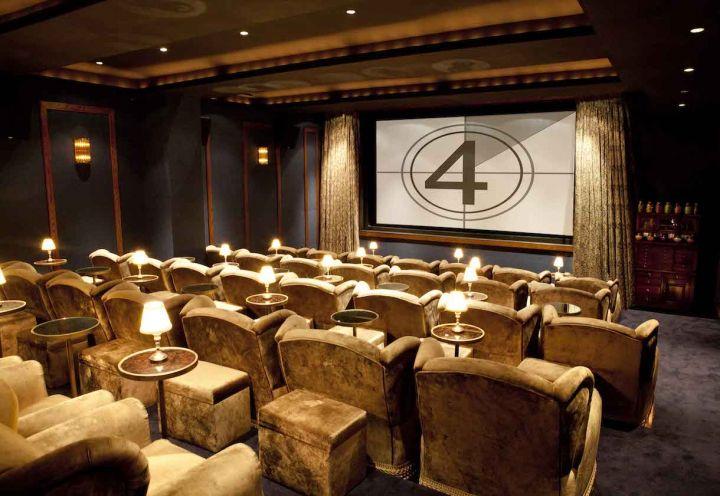 Sedie di velluto e pouf di cachemere per la sala proiezioni privata di Soho House New York