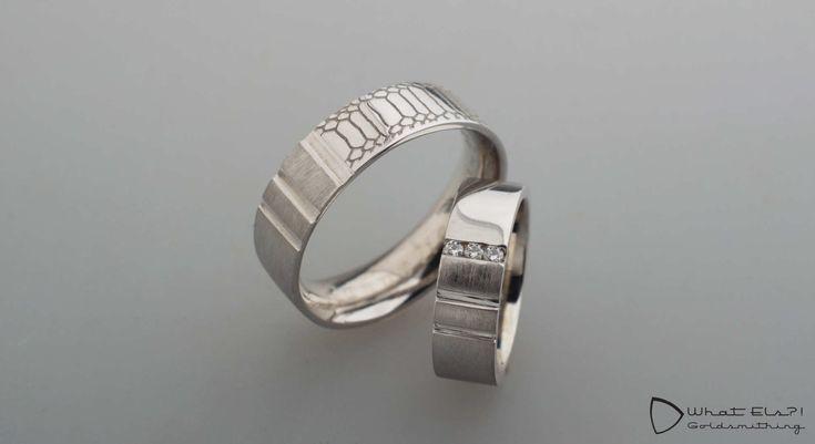 Witgouden trouwringen met gekko-profiel, na het verliezen van zijn ring heeft hij van oud goud een nieuwe ring laten maken.