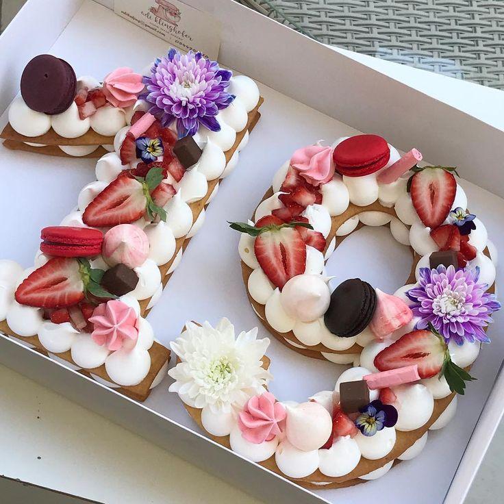 שבוע טוב מתוק וצבעוני #gargeran #biscuit #vanilla #strawberry #macarons #meringue #white #pink #israeli_kitchen
