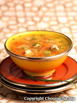 Chorba aux légumes 2 carottes 2 courgettes 1 navet blanc 1 navet jaune 200 g de blanc de poulet 2 c. à soupe d'huile 50 g d'oignon émincé 1,5 litre d'eau 1 c. à café de concentré de tomate 2 tiges de céleri 1 petit bouquet de persil et coriandre Sel Poivre Pour servir : Feuilles de persil émincées