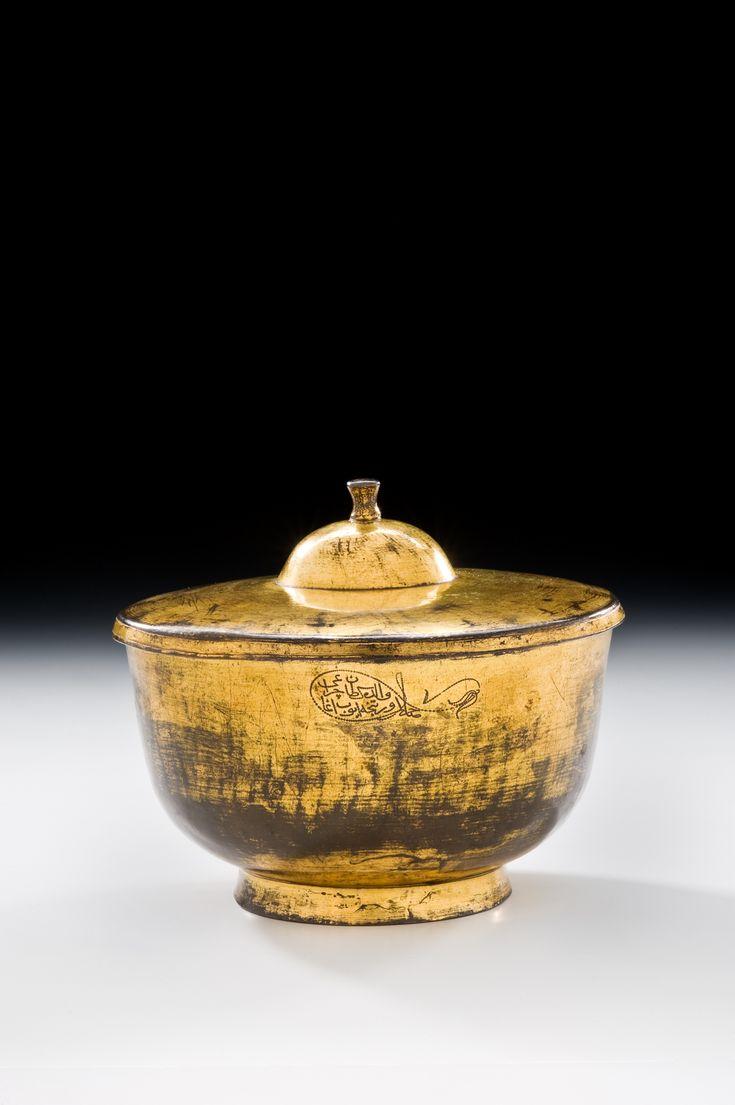 Kanuni Su Tası: Bu çok değerli su tası, Kanuni Sultan Süleyman tuğrasını taşıyan çok nadir parçalardan biridir. Bilinen diğer parçalar, Topkapı Saray Müzesi koleksiyonunda bulunan bir adet gümüş tabak ve 12 Nisan 1989 tarihinde Sotheby's müzayedesinde 108 lot numarası ile satılan benzer bir adet su tasıdır. Sotheby's kataloğunda bulunan bu su tasının tanıtım yazısında, Topkapı Saray Müzesi'ndeki gümüş tabak dışında eserin başka bir benzeri olmadığı ileri sürülmüştür.