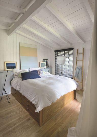Du bois sous toutes ses formes dans cette petite chambre - Maison au Cap Ferret pour une famille modèle - CôtéMaison.fr