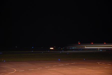 飛行機が発する光が、微かな跡を残して、流れてゆく。[2011/10 旭川空港(北海道)]© 2010 風旅記(M.M.) 風旅記以外への転載はできません...