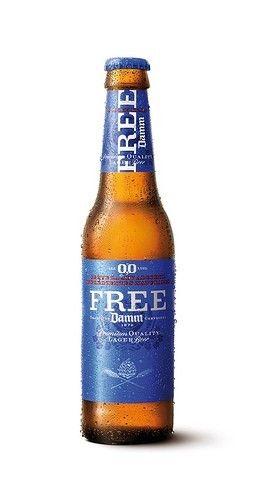 Free Damm se elabora con los mismos ingredientes que se utilizan para elaborar una cerveza con alcohol. Se añade levadura y se permite que la fermentación produzca alcohol de manera natural. Después, se elimina el porcentaje de alcohol hasta llegar al 0,0% y mantener la cerveza en su estado puro.