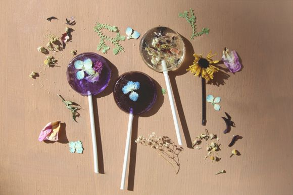 Pressed Flower Lollipops tutorial. Love this idea not only for valentine's day, but for Easter baskets and spring birthday parties, too.