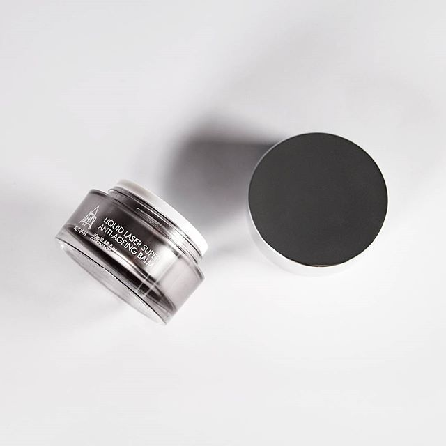 A balm like no other. This intensive overnight anti-ageing treatment will recharge and boost your skin to the next level by combining 10% Vitamin C with Niacinamide and Juveleven, an extract inspired by the immortal jellyfish; helping you wake to a smoother, firmer and more radiant-looking complexion.