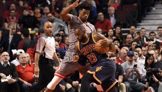Les Bulls balaient les Cavaliers ! - Les maux de Cleveland continuent et cette fois ce sont les Bulls qui en ont tiré profit. Pourtant étouffés par la défense des Cavs en première mi-temps, ils s'en sont... Lire la suite» http://www.basketusa.com/wp-content/uploads/2017/03/lebron-butler-570x325.jpg - Par http://www.78682homes.com/les-bulls-balaient-les-cavaliers homms2013 sur 78682 homes #Basket