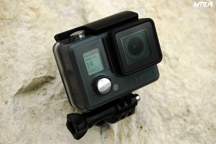 Sportowe kamery od dłuższego czasu nie są już gadżetem, na który pozwolić sobie mogą jedynie zamożni, albo pro riderzy. Z każdym sezonem tego typu sprzęt staje się bardziej dostępny i popularny także wśród amatorów. W sezonie 2015 GoPro wypuściło ekonomiczną wersję swojej kultowej kamery Hero, która w ekspresowym tempie zyskuje nowych nabywców.