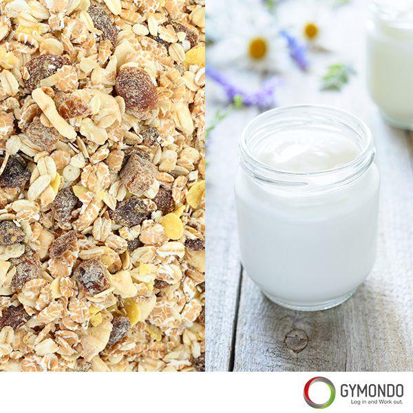 4. 1 Becher Naturjoghurt mit 1 Teelöffel Müsli: Die Kombination von knusprigem Müsli und eiweißreichem Joghurt ist einfach perfekt. Wenn Du diesen Snack lieber etwas süßer magst, gib einfach noch ein paar frische Beeren dazu.