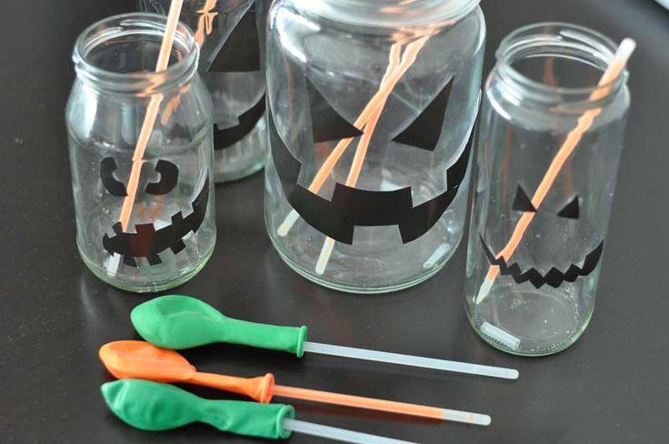 Für diese effektvolle Dekoration, die Halloween Knicklichter Gläser & Flaschengeister, braucht Ihr wenig, aber es ist der Eyecatcher vor der Tür!