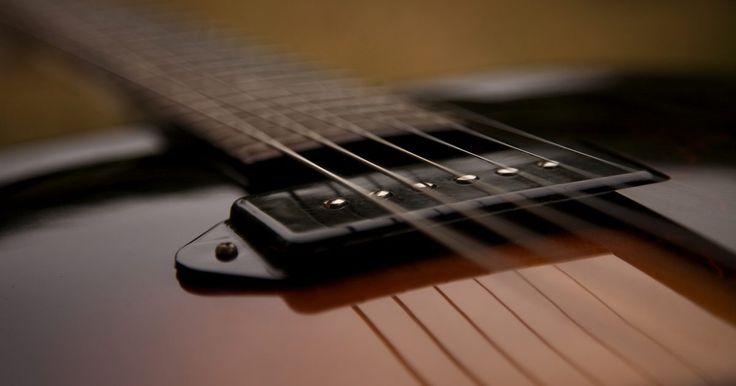 Cómo pulir una guitarra sin una pulidora. No necesitas una pulidora para pulir tu guitarra hasta que alcance un brillo deslumbrante. Puedes hacerlo a mano con compuestos para frotar y pulir. Es más fácil pulir una guitarra a mano, ya que no es necesario quitar los elementos metálicos, y tus dedos encajan en los pequeños lugares que son inaccesibles para la máquina. Algunos compuestos de ...