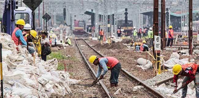 Revitalisasi Stasiun Manggarai  Pekerja melakukan perbaikan dan perawatan jalur rel kereta di Stasiun Manggarai, Minggu (14/5). Pemerintah berencana merevitalisasi Stasiun Manggarai dengan memperbesar area stasiun dan membuatnya menjadi tingkat dua dijadikan sejenis stasiun sentral karena kepadatan rute sebagai tempat persilangan berbagai jurusan kereta rel listrik (KRL) dan kereta jarak jauh (KJJ).  Dwi Pambudo/RM