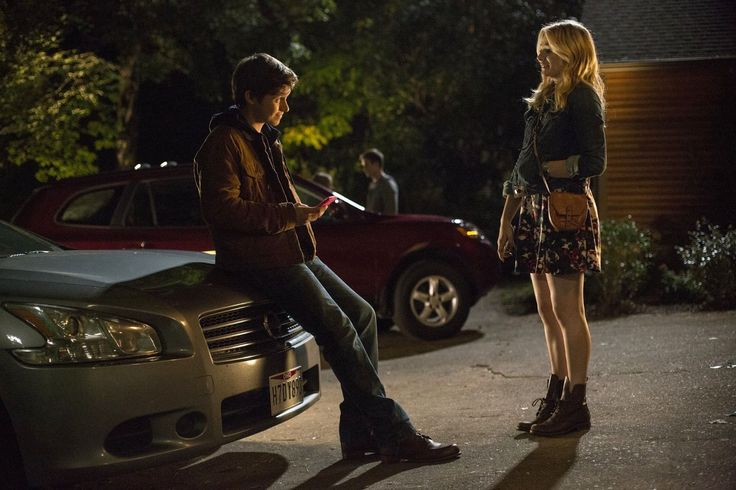 Image Nick Robinson and Chloe Grace Moretz in The 5th Wave