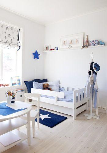 白をベースにブルーと星をポイントにした男の子のお部屋。シンプルなホワイトインテリアだけど可愛らしくまとまっている。