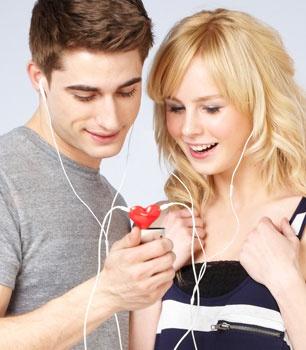 Sevgililer için 2 kulaklıkla müzik dinlemeyi sağlayan Kalp Kulaklık Ayırıcı yeniden stoklarda  http://www.buldumbuldum.com/hediye/tunes_for_two_kalp_kulaklik_ayiricisi/