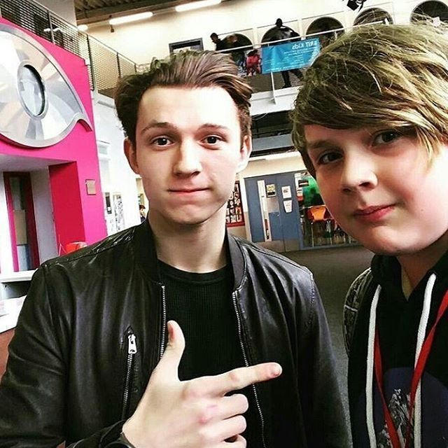 [NEW] Tom with a fan when he visited the BRIT School in London four days ago! @tomholland2013 | #tomholland