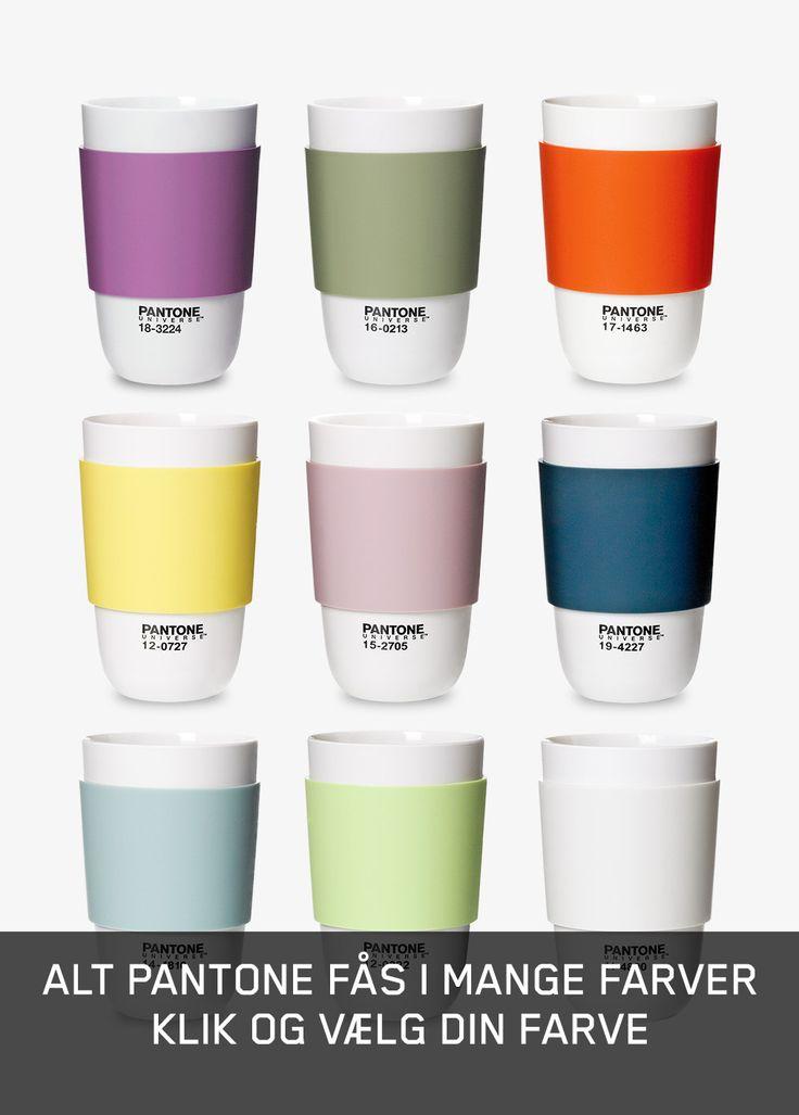 Denne Pantone kop sætter farve på hverdagen. Gummibåndet rundt om koppen findes i 9 farver, og hjælper med at man ikke brænder sig på sin kaffe eller the.
