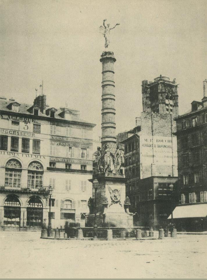 Place du Châtelet, avant le déplacement de la fontaine et le percement du boulevard de Sébastopol, vue vers le nord et la Tour Saint-Jacques. Une photo de Charles Marville, vers 1853 (Paris 1er/4ème).