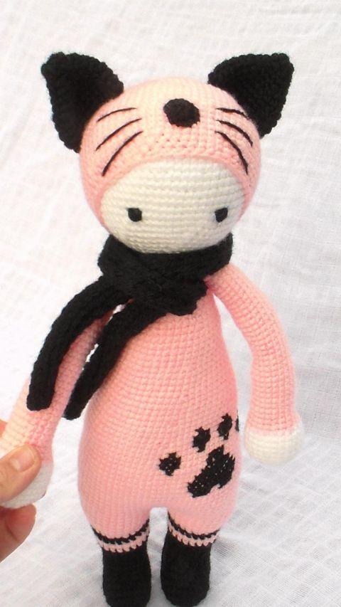 Lejla Cicalány horgolt amigurumi, Játék, Báb, Baba játék, Játékfigura, Lejla Cicalány. Mérete: 37-38 cm. Színei: fekete, fehér, rózsaszín. A sál levehető. Ha ügye..., Meska