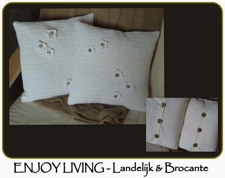 Schattige gehaakte kussentjes met houten knoopjes. ENJOY LIVING - Landelijk & Brocante